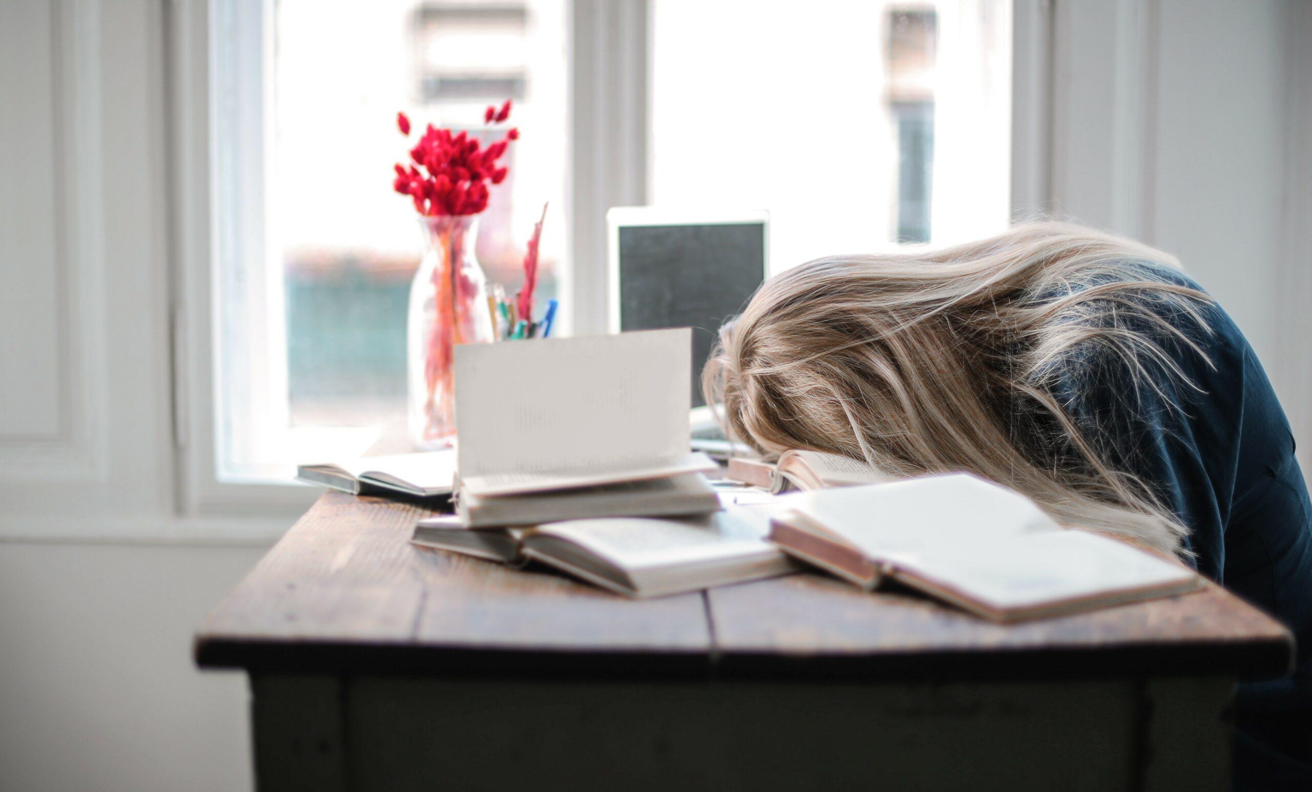 قلة النوم وتأثيرها على صحة المترجِم المستقِلّ